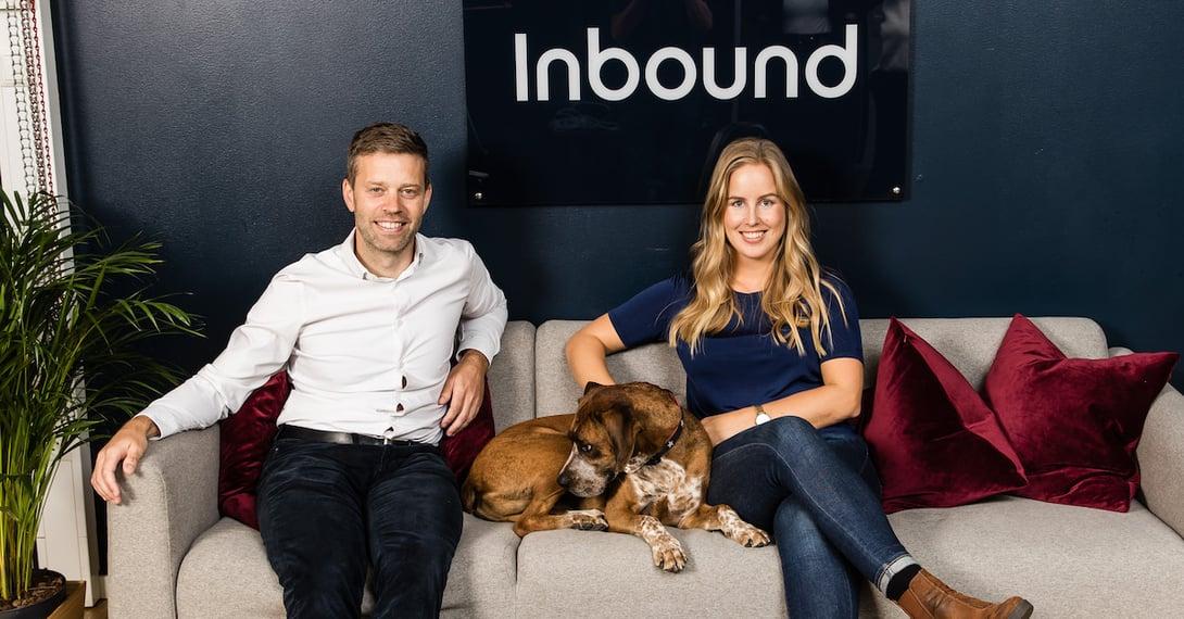 Tor Magnus, hunden Bronx og Camilla smiler i sofaen